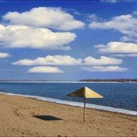 Одинокий зонт в ожидании отдыхающих. :: Anatol Livtsov