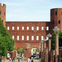 Турин, Италия.Палатинские ворота города возведены ещё древними римлянами :: Наталья Пономаренко