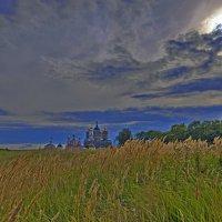 Над Свенским монастырем собирается дождь :: Дубовцев Евгений