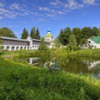 Летним днём в Тихвинском монастыре :: Константин