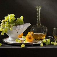 Прозрачный виноград рассыпан на столе... :: Татьяна Карачкова