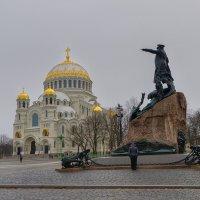 Памятник Макарову на Якорной площади :: Galina