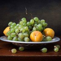 Этюд с тарелкой винограда :: Татьяна Карачкова