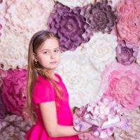 Девочка в розовом среди цветов :: Valentina Zaytseva