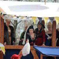 Тутта Ларсен вручает платок  самому  благородному  рыцарю  турнира! :: Виталий Селиванов
