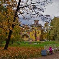 Листопад на фоне Башни-Руины... :: Sergey Gordoff