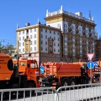 Большая уборка у ворот посла... :: Анатолий Колосов