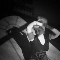 блондинка в интерьере... :: Александр Беляков