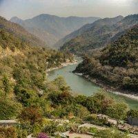 Взгляд на долину реки Ганга через крыши домов. Ришикеш :: Oleg