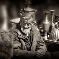 Продавец старины... :: Юрий Гординский