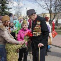 цветы ветерану :: Сергей Кочнев