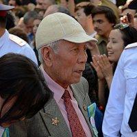 Ветеран с внучкой :: Асылбек Айманов