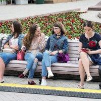 между девочками или на скамеечке :: Олег Лукьянов