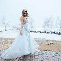 Невеста на берегу Обского моря весной :: Дмитрий