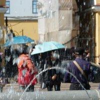 зонтики под фантаном :: андрей иванов