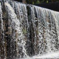 Рукотворный водопад :: Евгений Мельников
