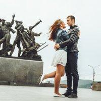 у памятника первостроителям :: Александр Кулаков
