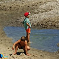 кому-то море по колено,  кому-то лужа океан... :: Александр Корчемный
