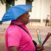 Продавец зонтиков в Санто-Доминго :: Alexander Petrukhin