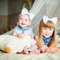 Две малышки на кровати. Евочка и Доминика :: Дарья Дядькина