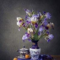 Натюрморт с садовыми ирисами :: Ирина Приходько