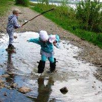 Весело гулять по луже в дедушкиных сапогах. :: Наталья Петровна Власова