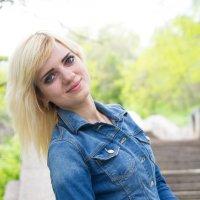 Красивая девушка в парке :: Valentina Zaytseva