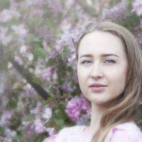 На фоне цветущих яблонь :: Albertik Baxton