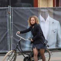 Дама с велосипедом :: Владимир Леликов
