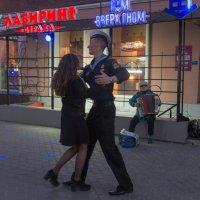 Вальс на вечерней улице. :: Виктор Евстратов