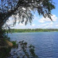 Голубая вода озера будто дремлет в полной тишине :: Маргарита Батырева