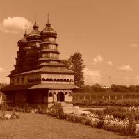 Православный   деревянный   храм  в   Ивано - Франковске :: Андрей  Васильевич Коляскин