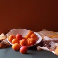 натюрморт с абрикосами :: Николай