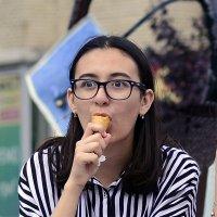 Девушка и мороженое :: Стас