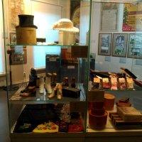 Интерьер витрина шляп и туфиль, которые носили в начале 20 века в России. :: Светлана Калмыкова