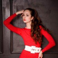 Девушка в красном :: Алиса Павлова