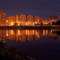 Город,ночь,озеро... :: Юрий Анипов