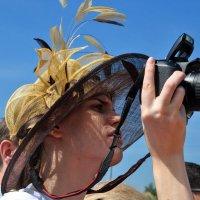 Фотографиня в шляпке :: Анатолий Колосов