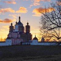 Главный храм Свенского монастыря в лучах заходящего Солнца :: Дубовцев Евгений