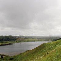Дождь над Городищенским озером. :: Нина Бурченкова.