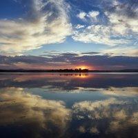 Тяжело пылает догорающий закат. :: Сергей Адигамов