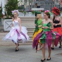 Девушки в цветочных костюмах закружатся в вальсе 6 августа. :: Татьяна Помогалова