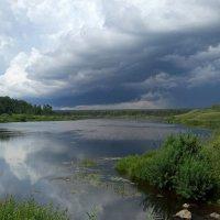 Вассинский пруд перед дождём :: Евгений Золотаев