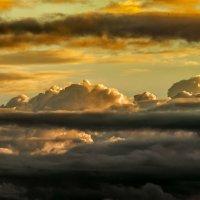 Заблудившиеся солнышко в темных тучах :: Владимир Деньгуб