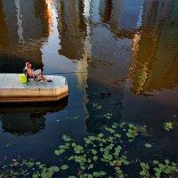 Рыбак и в городе рыбак. :: Александр Бабаев
