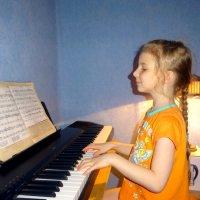 А мы еще и на пианино играем! :: Елизавета Успенская