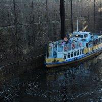Игрушечный кораблик в шлюзе :: Александр Алексеев