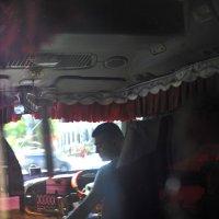 Отражение в темном стекле маршрутки :: Николай Сапегин