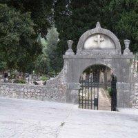 Кладбище, ворота :: Анна Воробьева