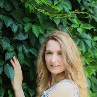 Девушка возле куста :: Екатерина Добровольская